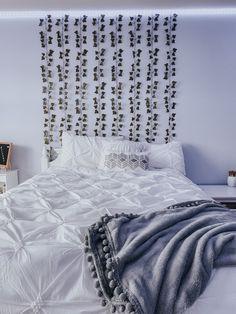 white bedspread and vines Teenage Bedroom Decorations, Teenage Girl Bedroom Decor, Cute Bedroom Decor, Room Design Bedroom, Teen Room Decor, Room Ideas Bedroom, Bedroom Inspo, Neon Bedroom, Cozy Room