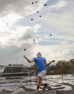 Самым ловким жонглером является Алекс Баррон (Великобритания), которому удалось 23 раза подряд жонглировать 11-тью шарами. На сегодняшний день это максимальное количество шаров, которыми когда-либо жонглировали.