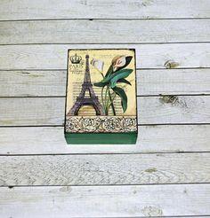 Paříž+v+zelené+Dřevěná+krabička+o+rozměrech+cca15,6+x11,6+cm+a+výšce6+cm.+Krabička+je+natřena+akrylovými+barvami,+ozdobená+technikou+decoupage+(rýžový+papír)+a+lehce+patinovaná.+Následně+přetřena+lakem+s+atestem+na+hračky.+Uvnitřnechána+přírodní. Decoupage, Create, Handmade, Hand Made, Handarbeit