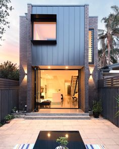 Image 7 of 10 from gallery of Enmore House / Amrish Maharaj Architect. Photograph by Vikram Hingmire New Yorker Loft, Cottage Extension, Design Exterior, Narrow House, Modern Backyard, Tropical Backyard, Facade Architecture, House Goals, Traditional House