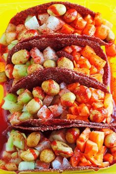 Taquitos de tamarindo con fruta y cacahuates.