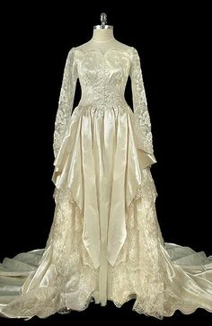 Vintage designer and couture bridal gowns by Oscar de la Renta, vintage beaded lace and satin dresses, art-deco rhinestone goddess gown. Vintage Outfits, Vintage Gowns, Vintage Mode, Vintage Bridal, Old Dresses, 1940s Dresses, 1940s Fashion, Vintage Fashion, Bridal Gowns