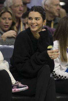 Kendall Jenner supported Khloe Kardashian's cheating beau Tristan Thompson when he played basketball, in Philadelphia on Friday. Kendall Jenner Outfits, Kendall Jenner Diet, Kendalll Jenner, Kardashian Jenner, Tristan Thompson, Mode Streetwear, Glamour, Jenner Sisters, Celebs