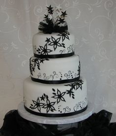 These black and white wall paper cakes ALWAYS look stunning, no matter what shape or form or design. Love xx