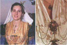 Κοσμήματα της παραδοσιακής Λευκαδίτικης φορεσιάς - aromalefkadas - Ενημερωτική ιστοσελίδα της Λευκάδας Greek Costumes, Folk Dance, Gold Embroidery, Greeks, Folk Costume, Hair Jewelry, Islands, Traditional, Modern