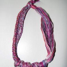 Joli collier en fils de coton tons violet