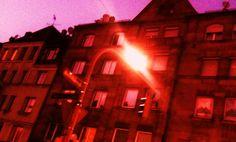 HÄUSERZEILE. In der Häuserzeile  /Abenddämmerung/vierter Stock/  schlägt Feinrippweiß/ohne Rücksicht Läufer aus/Auf Trottoir/  schabt die Pubertät/  verwirrt/  etwas Leben vom klammen Sandstein/    Von der Häuserzeile/schallt die Kirchenglocke/stumpf wie monoton/  ein Lied ― völlig aus der Zeit/ernst bohne 2012 (Text/Foto)