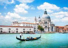Lugares clichês que você (realmente!) precisa ver antes de morrer - Passeio de gôndola em Veneza (Itália) - As gôndolas de Veneza são um ícone da cidade. A embarcação era, até a criação do barco motorizado, o meio mais utilizado para o transporte em Veneza. Hoje, o passeio de gôndola virou um grande atrativo turístico do destino italiano. Você não pode encerrar sua vida de viajante sem antes se aventurar em um programa desses.