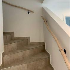Natuurlijk houten trapleuning. Door de natuurlijke groei, niet helemaal recht, maar is daardoor sfeervoller als een rechte leuning! www.decoratietakken.nl