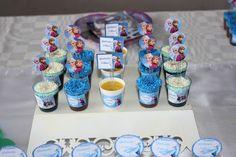 Decoração de festa de aniversário com o tema Frozen. Docinhos da festa.
