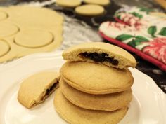 OLD-FASHIONED RAISIN-FILLED COOKIES: These delicious and not overly sweet cookies are perfect for bringing to a cookie swap, sticking in a lunchbox for a special treat, or enjoying with a cup of tea. Raisin Filled Cookie Recipe, Raisin Cookies, Sugar Cookies, Fig Cookies, Stuffed Cookies, Spritz Cookies, Coconut Cookies, Healthy Cookies, Shortbread Cookies