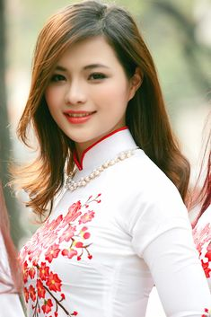 Beautiful Asian Looking Girl in White Vietnamese Dress Sexy Breasts Tease Pose! Beautiful Muslim Women, The Most Beautiful Girl, Beautiful Asian Girls, Beauty Full Girl, Beauty Women, Beautiful Girl Wallpaper, Vietnam Girl, Sexy Asian Girls, Beautiful Actresses