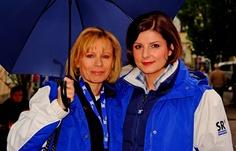 """Hoffentlich ist das heute der letzte kühle Sonntag ... für die nächsten Monate. Und auch Regenschirm ist wieder angesagt. Wie hier bei den SR Mädels, Susanne Dahlem und Verena Sierra, am letzten Freitag bei """"SR vor Ort"""", in Merzig.:-)"""