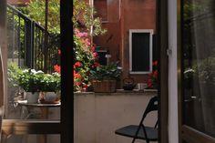 Entire home/flat in Venice, IT. Appartamento luminoso,con vista su canale,al primo piano,situato nel cuore di Venezia.A pochi passi dal ponte di Rialto e a 15 min da Pz.S.Marco,nel sestiere di cannaregio,vicinissimo al vaporetto Alilaguna che collega l'aeroporto alla città.