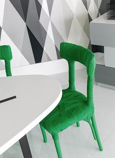 Pour relooker cette chaise en bois il a fallu un peu de peinture acrylique verte et un rouleau de ruban de tissu de coton de la même couleur