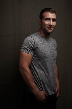 Jai Courtney: Love a man in a grey t-shirt. Jai Courtney, Actor Jai, Jack Johns, Hot Actors, Handsome Actors, Hollywood, Hot Boys, Celebrity Photos, Celebrity Beauty