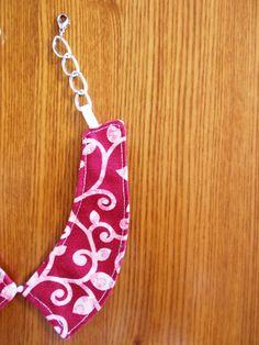 Dettaglio colletto-bijoux a motivi liberty.