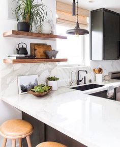 """840 curtidas, 3 comentários - Olioli-Decor Design Lifestyle (@olioli_lifestyle) no Instagram: """"A Duda do @casa_casada mostra aqui uma cozinha cheia de luz mesmo com armários escuros, os…"""""""