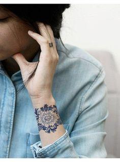 tatouage manchette bleue fleur dentelle graphique