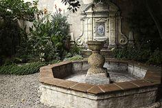 surround w/ fountain inside