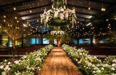 Decoração cerimônia casamento arranjos flores branco e verde ( Decoração: Lais Aguiar | Foto: Demian Golovaty )