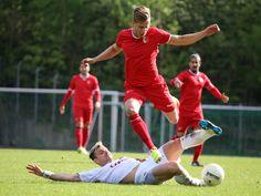 #Marcus #Mlynikowski springt über den Gegenspieler, um das Foul zu entgehen.