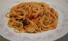 Zeytinli Kremali Spagetti  3 yemek kaşığı tereyağı 1 tatlı soğan 4 sarımsak 6-7 adet domates Tuz, kekik Yarım su bardağı siyah zeytin Yarım su bardağı krema 14 bağ maydanoz 1 paket makarna 1 su bardağı kaşar peyniri Tarif Tereyağını bir tavada eritip, soğanı ve sarımsağı yumuşatıncaya kadar soteleyin. Kabukları soyulmuş küp küp doğranmış domatesleri, kekiği ekleyin; sos koyu bir kıvama gelene kadar pişirin. Elde ettiğiniz sosa, zeytinleri, kremayı ve tuzunu ekleyip haşlamış olduğunuz makarna…