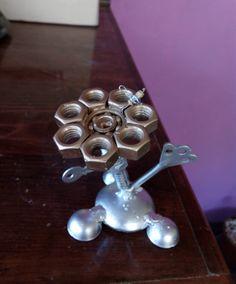 Flor realizada con desperdicios metálicos como tuercas y llaves. Cufflinks, Stud Earrings, Metal, Accessories, Jewelry, Flower, Create, Jewellery Making, Ear Studs