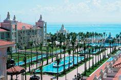 Enmarcada por palmeras tropicales, el Hotel Riu Palace Riviera Maya (Todo Incluido 24h) ha sido construido a lo largo de un tramo maravilloso de la hermosa playa de arena blanca de Playa del Carmen, México y a tan solo 2.5 Km. del centro. Hotel Riu Palace Riviera Maya – Hotel en Playa del Carmen – Hotel en México - RIU Hotels & Resorts