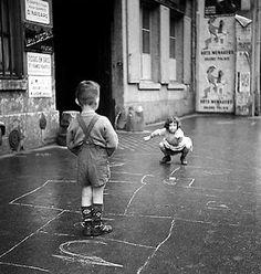 La marelle - The hopscotch Paris 1960 Gérald Bloncourt Robert Doisneau, Black White Photos, Black And White Photography, Photos Du, Old Photos, Hopscotch, Vintage Paris, Foto Vintage, Vintage Photographs