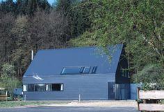 Ein schwarzes Einfamilienhaus in Augsburg möchten wir euch heute gerne zeigen. Realisiert wurde das Haus von Bohn Architekten.