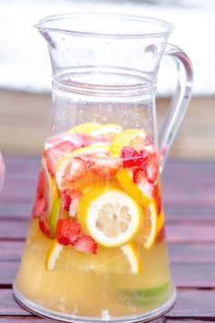 Sangria without alcohol - Clean Eating Snacks Cocktail Party Food, Cocktail Recipes, Swallow Food, Blackberry Wine, Recipe For Teens, Banana Milkshake, Lemon Water, Diet And Nutrition, Clean Eating Snacks