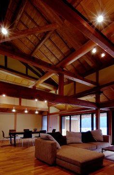 位於奈良縣五條市的這個農家住宅改修案,是建築師 平岡孝啓 的設計作品。距離十津川不遠、周圍是廣大柿子園地的這個農家,建築的格局形式是村落傳統的習慣,適合規律的農村生活。為了更適合現代人居住而進行改裝,將長年天花板裡隱藏的木構造露出,搭配古風氛圍選擇現代家具以及照明器具, 營造具有時代對比的新舊氛圍感。  via 平岡建築デザイン一級建築士事務所