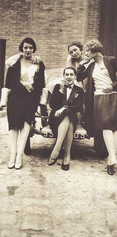 jacques henri lartigue - les garçonnes (bibi, olga, day, michèle verly) - paris - avril 1928