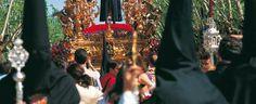 Este tipo de turismo, el religioso, es uno de los más característicos de la capital de Andalucía.  Durante la Semana Santa, muchas son las personas que se dirigen hasta la ciudad para conocer, de primera mano, el fervor con el que los sevillanos procesionan a sus diferentes imágenes de Semana Santa.  Estas procesiones ocurren tanto por la mañana como por la tarde y noche, por lo que es usual ver el trasiego de personas recorriendo unas calles y otras en busca de la visión de las imágenes…