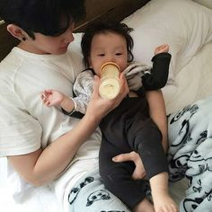 Image about fashion in ♡: ulzzang / ♂. by ♕ on We Heart It Cute Asian Babies, Korean Babies, Asian Kids, Cute Babies, Father And Baby, Dad Baby, Baby Kids, Baby Boy, Cute Family