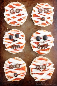 Mini Mummy Pizzas are a fun and easy food the kids can make for Halloween! Mini Mummy Pizzas are a fun and easy food the kids can make for Halloween! Halloween Pizza, Halloween Snacks, Comida De Halloween Ideas, Soirée Halloween, Holidays Halloween, Halloween Food Ideas For Kids, Halloween Costumes, Dinners For Kids, Kids Meals