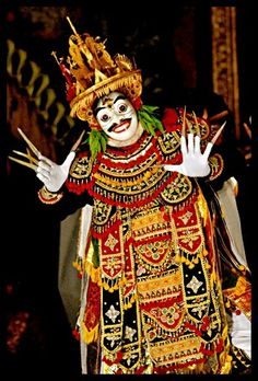 Jauk Dance is a mask dance. Exhibits a demon be alone in the jungle who was his freedom to play move and be happy.  Location : Saren Agung - UBUD, Bali