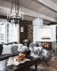 """Hytteliv_Inspirasjon on Instagram: """"Det er fortsatt kaldt ute, og da er gode fyringsmuligheter gull (særlig på en hytte uten strøm)! I denne hytta på Fåvangfjellet i Ringebu…"""" Happy Minds, Home Living Room, Cabin, Gull, House, Design, Home Decor, Instagram, Pictures"""