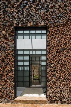 Cegła w nietypowym wydaniu. Ten dom jednorodzinny zachwyca! Brick Cladding, Wall Cladding, Brickwork, Luz Natural, Concrete Cover, Square Windows, Two Storey House, Brick Architecture, Glass Roof