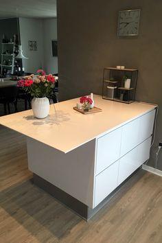 Arbejds-ø i køkkenet i AUBOs model Venezia Mat Line køkken. Kitchen Island, Table, Furniture, Design, Home Decor, Modern, Island Kitchen, Decoration Home, Room Decor