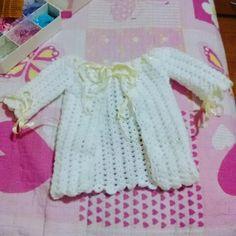 Casaquinho uma fofura de bebe branco com fita amarela clara de 0 a 3 meses
