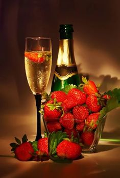 champagne and strawberry Best New Year Wishes, Happy New Year, Strawberry Champagne, Strawberry Wine, In Vino Veritas, Romantic Dinners, Happy Valentines Day, Funny Valentine, Valentines Surprise