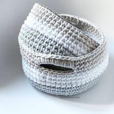 cuando en Semana Santa desconectas de todo, hasta de la aguja... a mi me ha sentado bien ¿a ti? #trapillo #trapilho #totora #tshirtyarn #crochet #crochetlovers #ganchillo #ganchilloxxl #handmade #hechoamano #cesto #modeloayna #modeloalborea Baskets, Rings For Men, Diy Crafts, Photo And Video, Instagram Posts, Jewelry, Sweaters, Rugs, Hampers