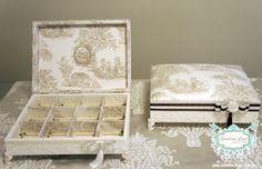 CAIXA PARA KIT TOALETE COM RENDA :: OFF WHITE E MARROM www.bibelodeluxo.com.br Seguindo o planejamento da identidade visual do casamento, o Bibelô de Luxo escolheu rendas, fitas e laço, nas cores off white e marrom, para confeccionar esta linda caixa para o toalete masculino do casamento. A caixa foi toda forrada com tecido, inclusive nas suas divisórias internas, além da tampa que foi estofada com o Toile de Jouy, garantindo um charme extra, além de remeter às demais peças do casamento…
