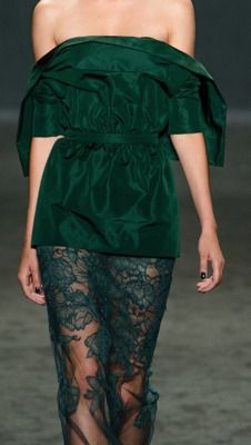 Striking green and lace Versace! Donatella Versace, Gianni Versace, Couture Fashion, Runway Fashion, Womens Fashion, Sexy Dresses, Fashion Dresses, Casual Holiday Outfits, Estilo Glamour