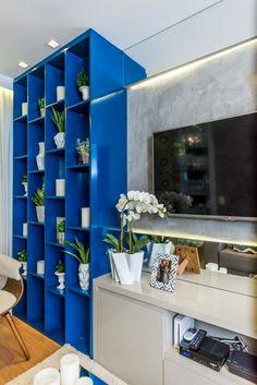 apartamento50m_almocodesexta (3)  Projeto de um apartamento pequeno - cimento queimado - home theater , espelho, cozinha integrada - Projeto De Paula e Nóbrega via blog almoço de sexta