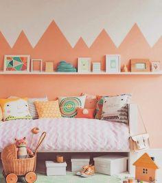 #InspiraçãoQC  Eu AMO cor e AMO quando as paredes chamam atenção na decoração. Dá para fazer tanta coisa... Se você está aí, querendo descobrir o que fazer nessa parede sem vida e vazia da sua casa: TCHARAM! Parede geométrica. É só fazer o formato que queira com fita crepe e, pintar. ❤️