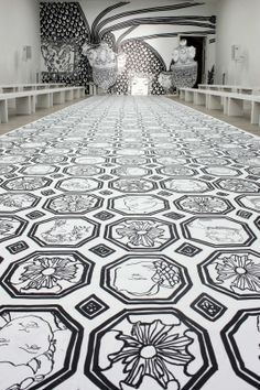 Jasper Conran SS14 catwalk - monochrome artwork