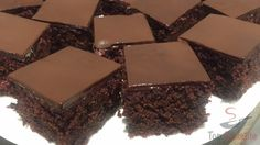 Ein sehr leckerer Kuchen, der zum Kaffee nach einem guten Mittagessen bestens geeignet ist. Ich hatte ihn in einer halben Stunde fertig (ohne die Backzeit). Er ist wirklich sehr einfach und sehr schmackhaft. Die rote Beete im Teig ist ist nicht zu erahnen, zumindest hat sie noch niemand, der es gekostet hat, herausgeschmeckt. Man schmeckt sie eigentlich nicht. Dieser Kuchen ist saftig und richtig schokoladig, was bestimmt den Schokoladen-Liebhabern gefallen wird. Probiert ihn mit einer…